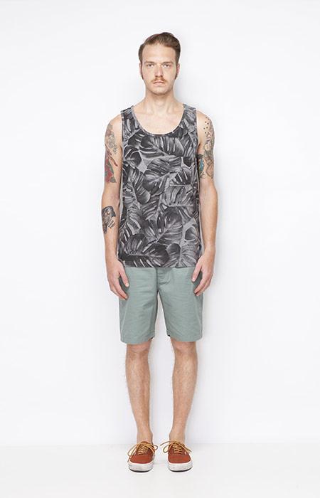 Ucon Acrobatics – pánský šedý nátělník s rostlinným motivem – Monstera, bledě zelené šortky – pánské – oblečení jaro/léto 2015