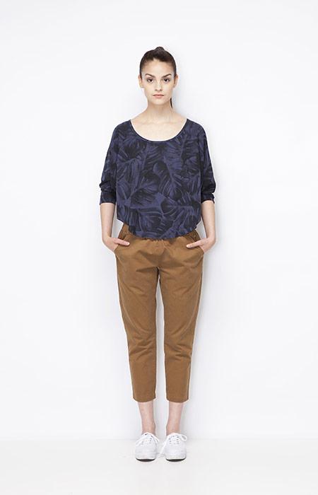 Ucon Acrobatics — 3/4 (tříčtvrteční) dámské hnědé kalhoty, modrý top s rostlinným vzorem — monstera — dámské oblečení — jaro/léto 2015