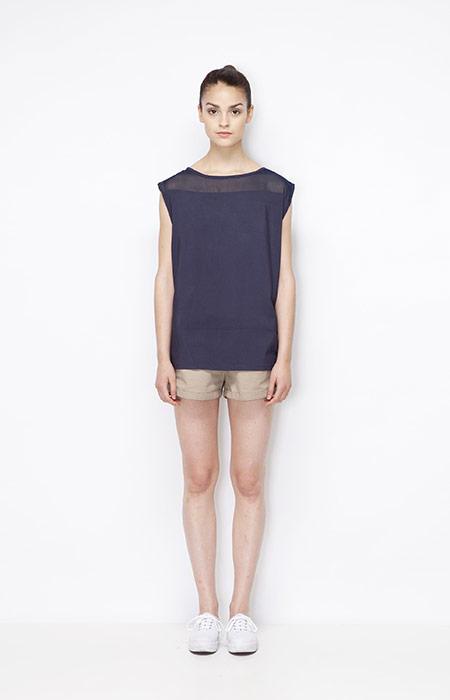 Ucon Acrobatics — dámský modrý top (tričko) bez rukávů, khaki kraťasy (šortky) — dámské oblečení — jaro/léto 2015