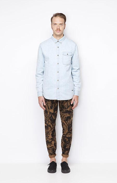 Ucon Acrobatics – pánská světle modrá jeansová (džínová) košile s dlouhým rukávem, hnědé pánské kalhoty s rostlinným motivem – Monstera – oblečení jaro/léto 2015