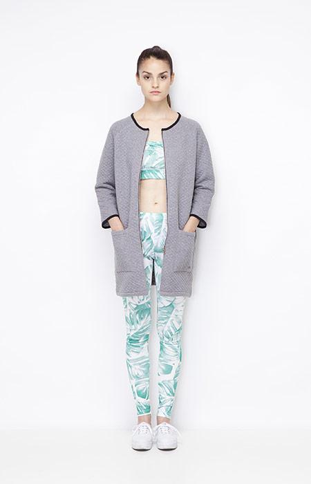 Ucon Acrobatics — dlouhá šedá bunda — dámská, zeleno bílé legíny a top s rostlinným vzorem — monstera — dámské oblečení — jaro/léto 2015