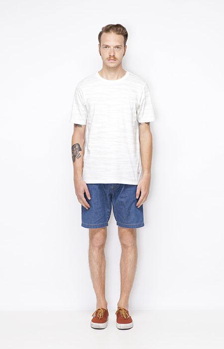 Ucon Acrobatics – pánské bílé tričko se vrozem, jeansové šortky – pánské – oblečení jaro/léto 2015