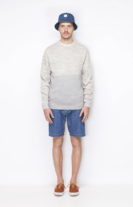 Ucon Acrobatics – pánský šedý svetr, pánské jeansové šortky – modré – oblečení jaro/léto 2015