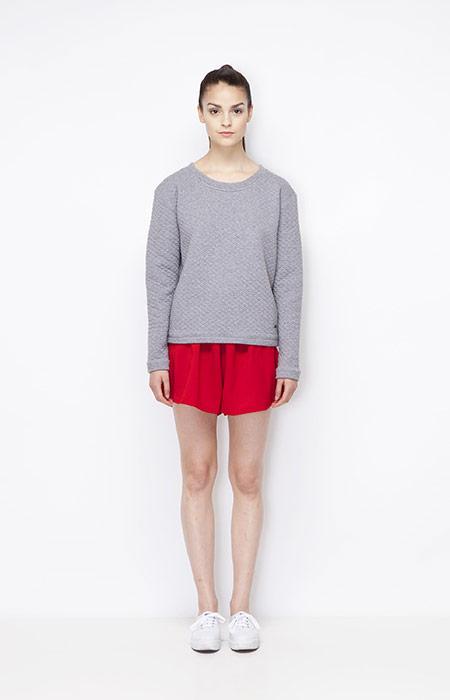 Ucon Acrobatics — šedá mikina/top, červené šortky/kraťasy — dámské oblečení — jaro/léto 2015