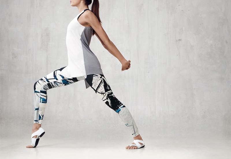 NikeLab x JFS — dámské sportovní legíny se vzory, dámské sportovní tílko – šedo-bílé — dámské letní sportovní oblečení