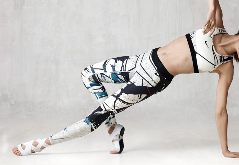 NikeLab x JFS — dámské sportovní legíny – černo-bílé s motivy, sportovní top/podprsenka — dámské letní sportovní oblečení