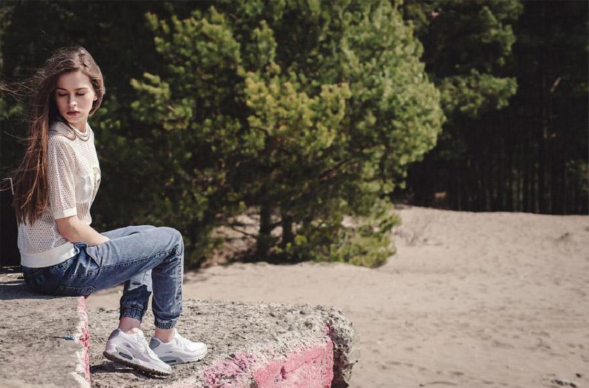 Supersklep — lookbook jaro 2015 — dámské jeansové kalhoty joggers, dírkovaný bílý top