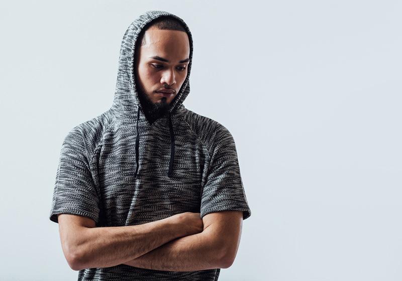 Unyforme — šedé tričko se vzorem a s kapucí — pánské trendy oblečení – jaro 2015