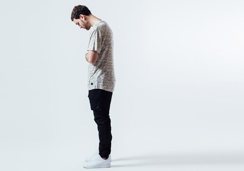 Unyforme — černé kalhoty s kapsami, kapsáče, pánské melírové tričko — pánské trendy oblečení – jaro 2015