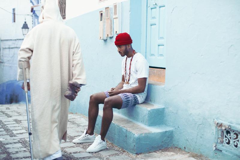 Daily Paper – pánské modré šortky s marockými symboly, bílé tričko – trendy oblečení jaro/léto 2015