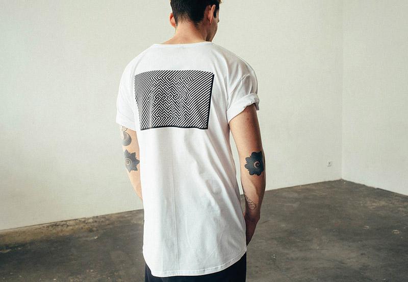 Zirkus Zirkus – bílé tričko s černým potiskem na zádech – oblečení – jaro/léto 2015