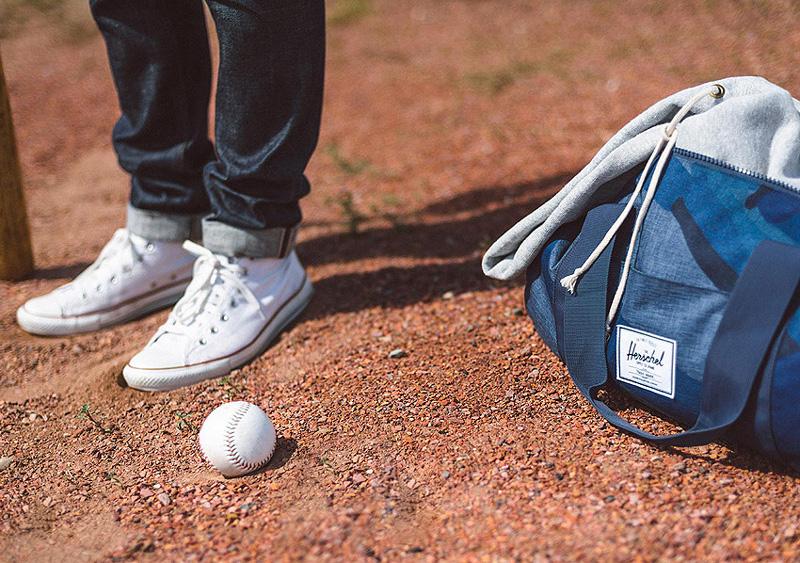 Herschel Supply — modrá cestovní taška Sutton Duffle — lookbook léto/summer 2015