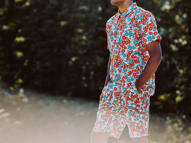 LRG – letní košile s červeno-modrým květinovým motivem  – pánská, pánské šortky s květinovým motivem – oblečení na léto 2015