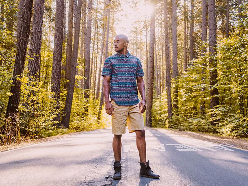 LRG – pánské béžové šortky, pánská modrá letní košile s geometrickým vzorem – oblečení na léto 2015