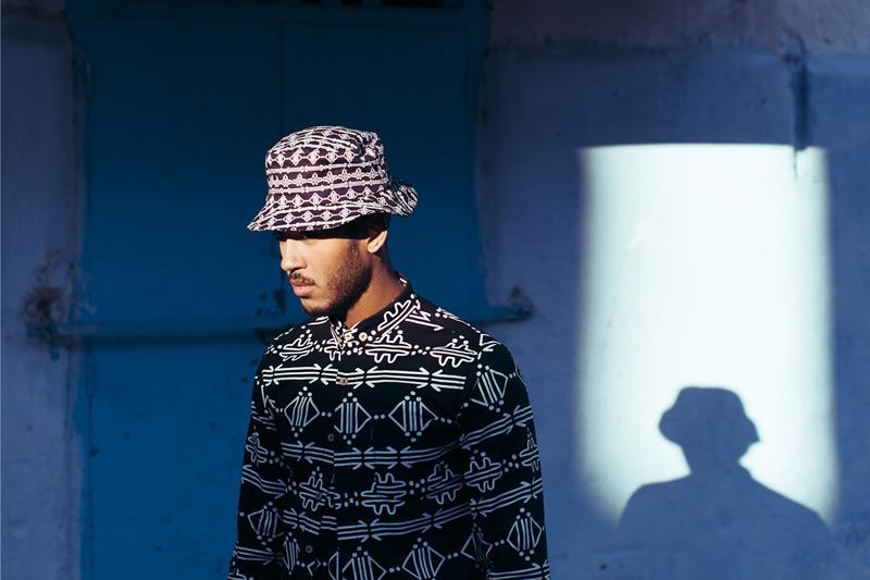 Daily Paper – černá košile s bílými symboly Maroka, letní černý klobouk – trendy oblečení jaro/léto 2015