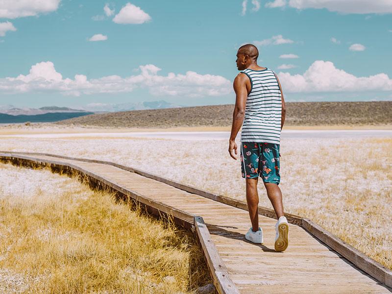LRG – pánský pruhovaný nátělník, pánské modré šortky se symboly – oblečení na léto 2015