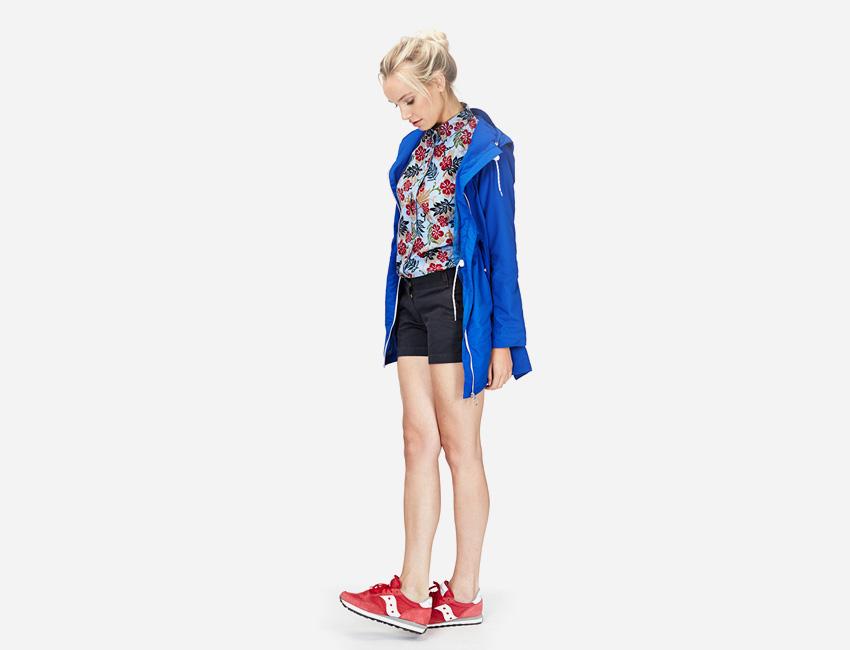Penfield – sytě modrá parka s kapucí, bunda, dámská, košile s květy, černé kraťasy – dámské oblečení – jaro/léto 2015