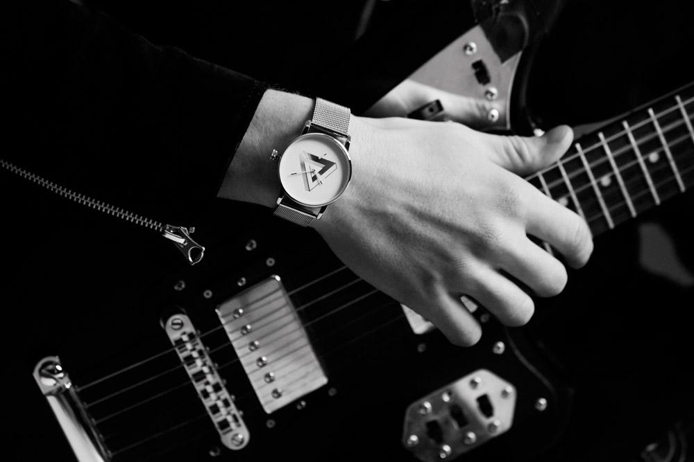 Triwa x Erïk Bjerkesjö – No. 2, ocelové hodinky stříbrné barvy, pánské a dámské – náramkové, ocelový náramek, ocelové pouzdro, trojúhelník na ciferníku, M. C. Escher, watches
