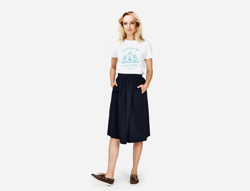 Penfield – dlouhá černá sukně pod kolena, bílé tričko s potiskem – dámské – dámské oblečení – jaro/léto 2015