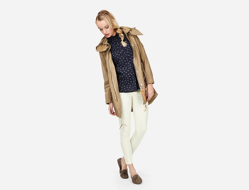 Penfield – hnědá khaki parka s kapucí, dámská delší bunda, bílé skinny kalhoty – dámské oblečení – jaro/léto 2015