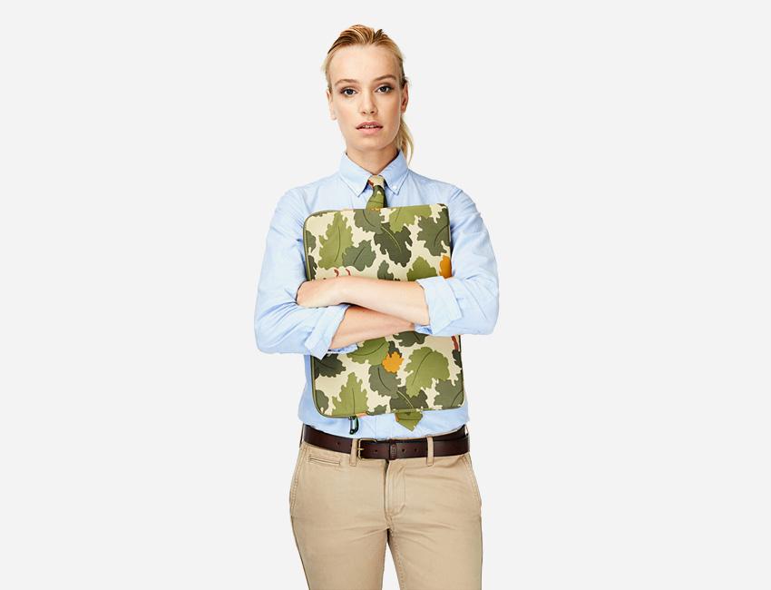 Penfield – dámská modrá košile, pouzdro na notebook s dubovými listy – dámské oblečení – jaro/léto 2015