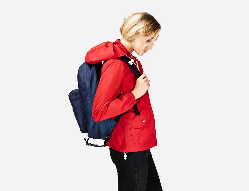 Penfield – krátká červená dámská bunda s kapucí, modrý batoh na záda – dámské oblečení – jaro/léto 2015