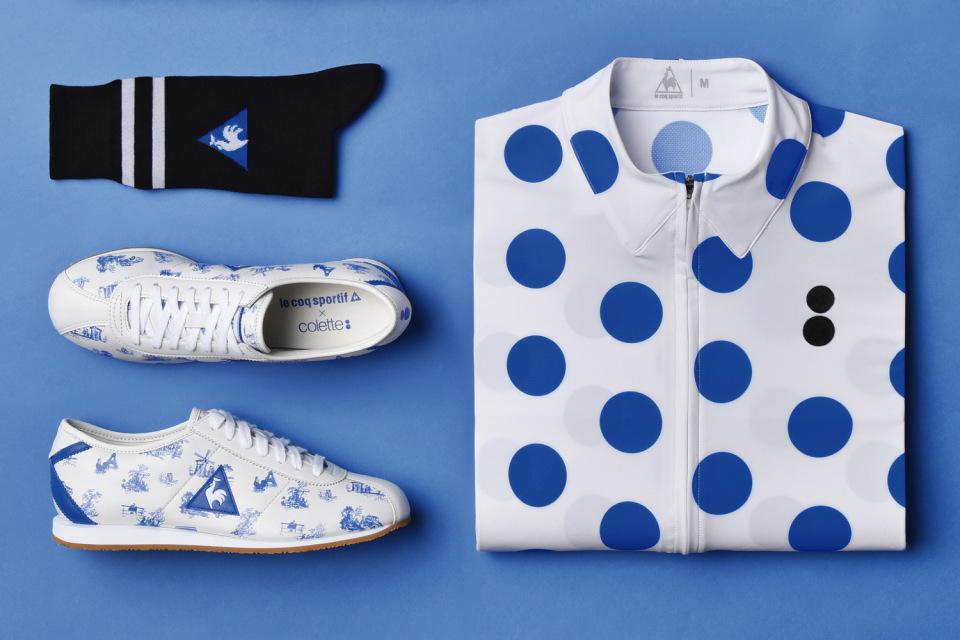 Collete x Le Coq Sportif – bílý cyklistický dres s modrými kolečky, bílé tenisky, černé ponožky – Tour de France 2015