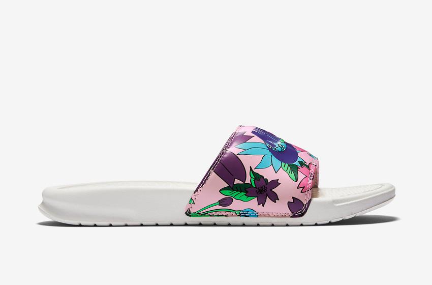 Nike Benassi Just Do It Print – dámské pantofle, letní nazouváky – růžové, květinové motivy, bílá podrážka