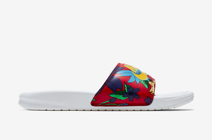 Nike Benassi Just Do It Print – dámské pantofle, letní nazouváky – červené, květinové motivy, bílá podrážka