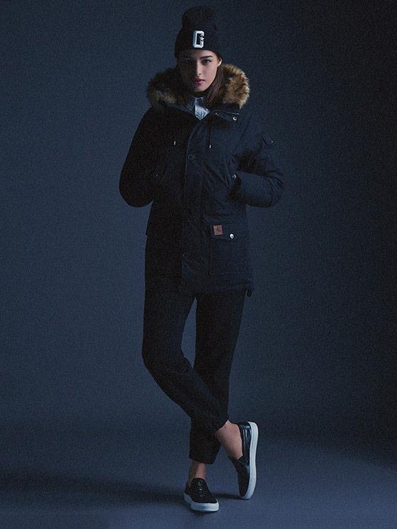 Carhartt WIP – dámská zimní bunda (parka) s kapucí s kožíškem – tmavě modrá, kalhoty joggers – podzim/zima 2015, dámské oblečení