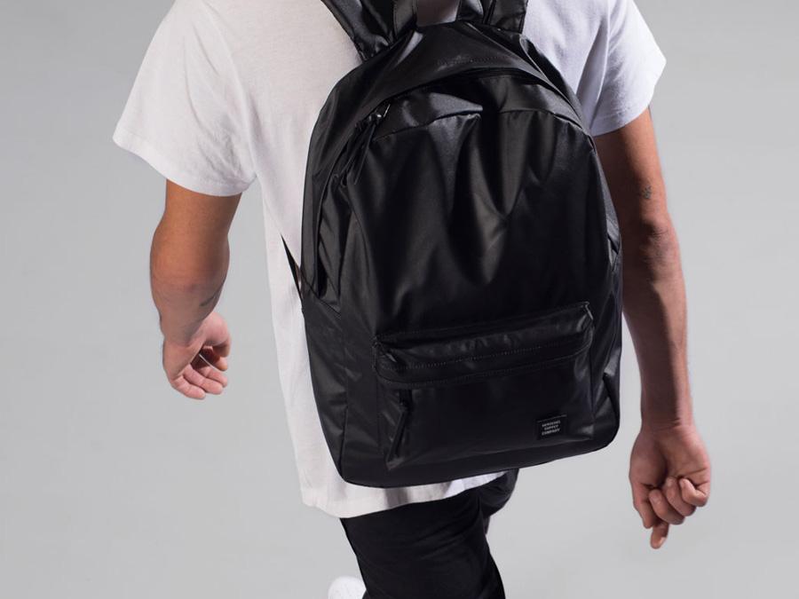 Herschel Supply Studio — černý batoh na záda, stylový školní batoh, nepromokavý — Heritage Backpack