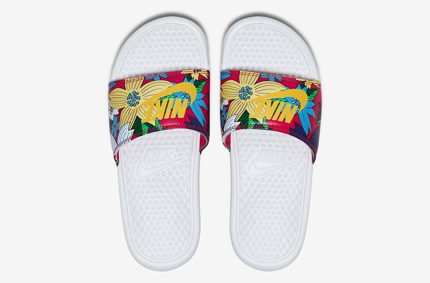 Nike Benassi Just Do It Print – dámské nazouváky, letní pantofle – červené, květinové motivy, bílá podrážka horní pohled