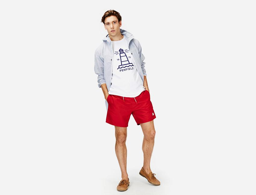Penfield — pánské červené šortky, bílé tričko s potiskem, šedá bunda s kapucí — pánské oblečení jaro/léto 2015