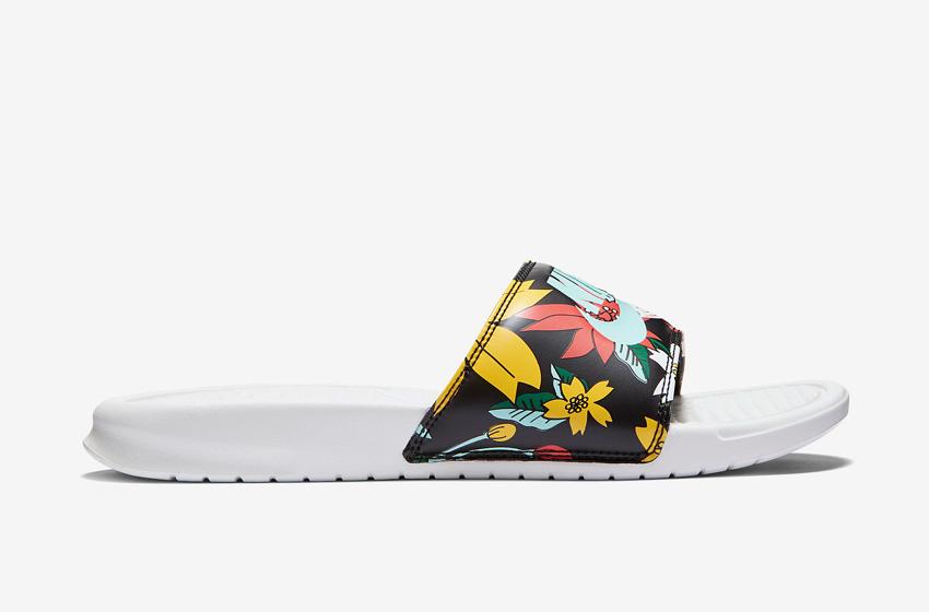 Nike Benassi Just Do It Print – dámské pantofle, letní nazouváky – černé, květinové motivy, bílá podrážka