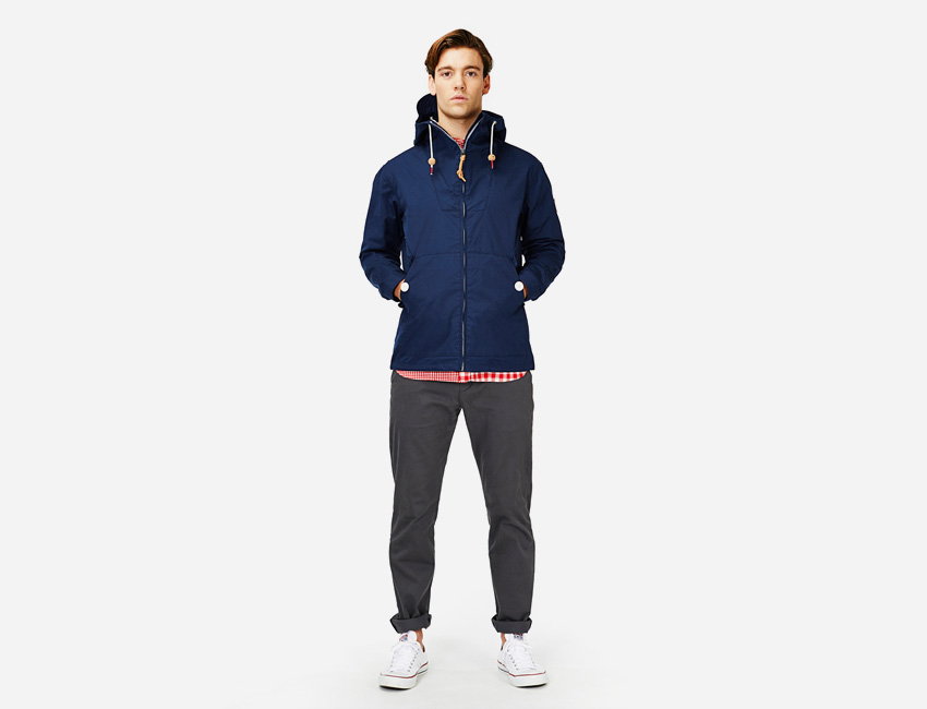 Penfield — pánská kratší modrá bunda s kapucí, šedé kalhoty — pánské oblečení jaro/léto 2015