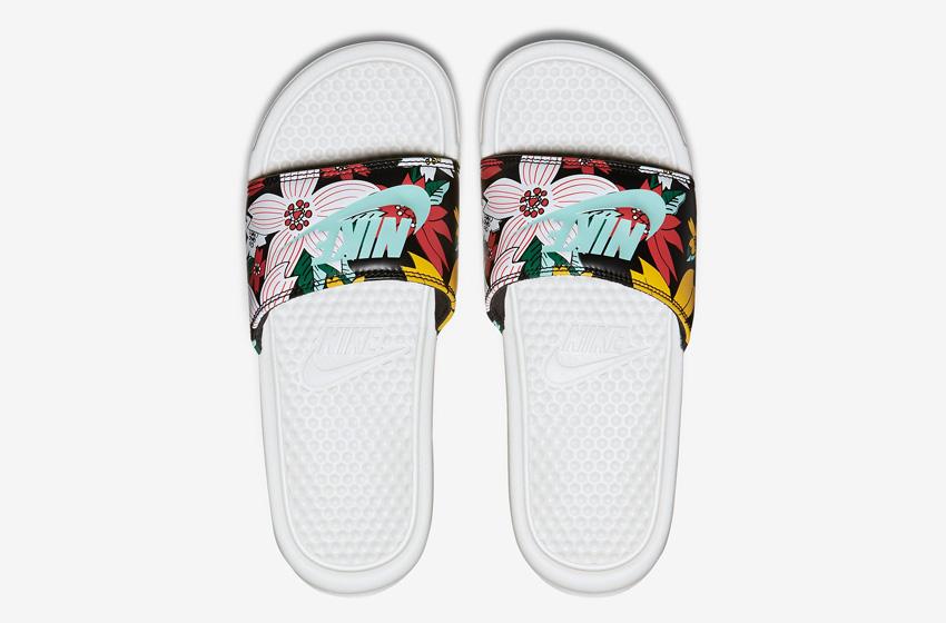 Nike Benassi Just Do It Print – dámské nazouváky, letní pantofle – černé, květinové motivy, bílá podrážka horní pohled