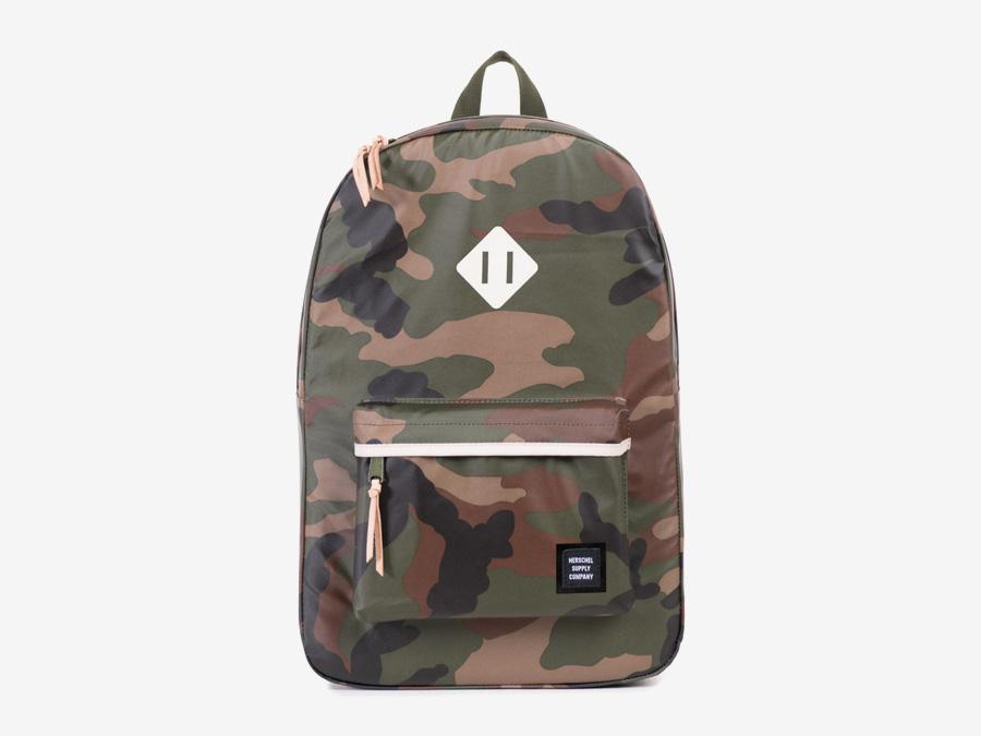 Herschel Supply Studio — maskáčový batoh, camo, stylový školní batoh na záda, nepromokavý, voděodolný — Heritage Backpack