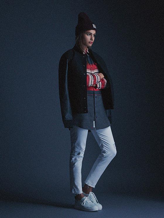 Carhartt WIP – dámský bomber, bunda do pasu, červeno-šedá bavlněná košile, bílé kalhoty – podzim/zima 2015, dámské oblečení