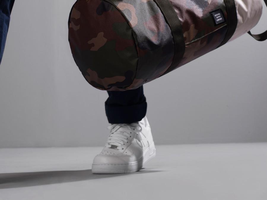 Herschel Supply Studio — maskáčová (camo) cestovní taška do roky a přes rameno, voděodolná, nepromokavá — Sutton Duffle