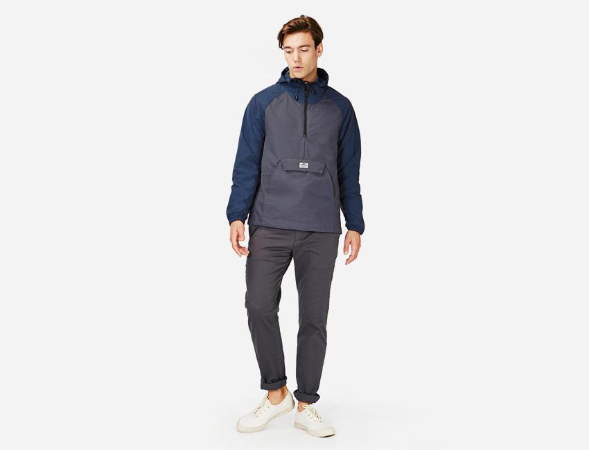 Penfield — modro-šedá pánská bunda s kapucí, pánské šedé kalhoty — pánské oblečení jaro/léto 2015