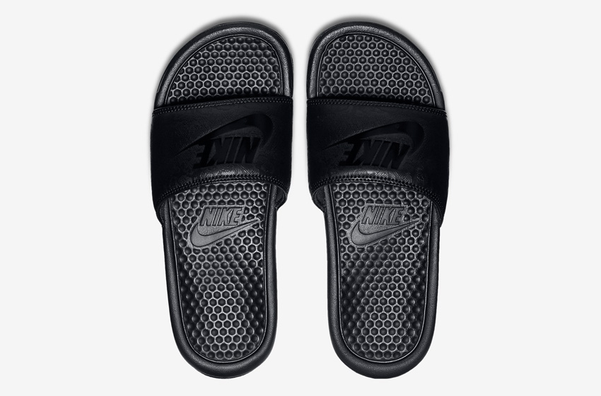 Nike Benassi Just Do It Print – dámské nazouváky, letní pantofle – černé, černá podrážka horní pohled