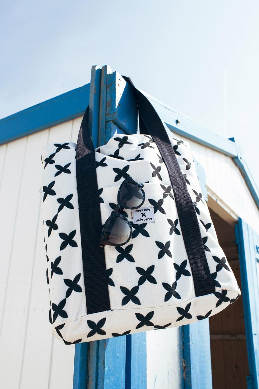Daily Paper x Ace & Tate — plážová taška s tmavě modrými symboly, tmavě modré slunčení brýle