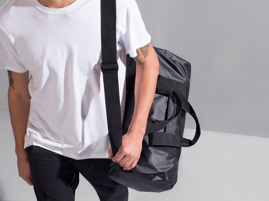 Herschel Supply Studio — taška přes rameno a do ruky, černá, cestovní, voděodolná, nepromokavá — Sutton Duffle