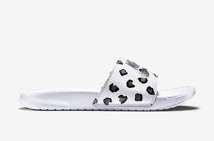 Nike Benassi Just Do It Print – dámské pantofle, letní nazouváky – bílé, bílá podrážka
