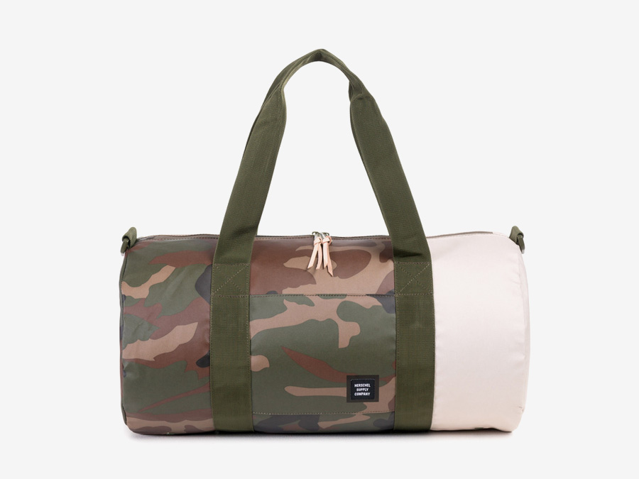 Herschel Supply Studio — maskáčová (camo) taška do ruky a přes rameno, cestovní, nepromokavá, voděodolná — Sutton Duffle