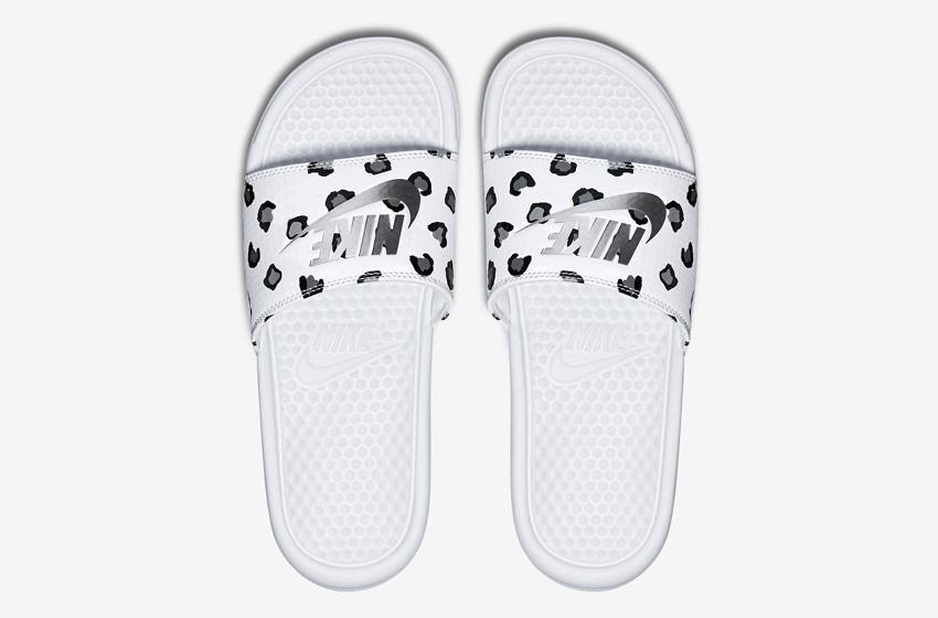 Nike Benassi Just Do It Print – dámské nazouváky, letní pantofle – bílé, bílá podrážka horní pohled