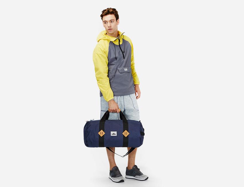 Penfield — krátká pánská bunda – šedo-žlutá, modrá cestovní plátěná taška — pánské oblečení jaro/léto 2015