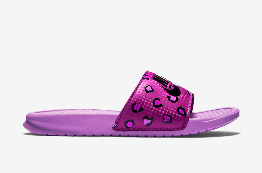 Nike Benassi Just Do It Print – dámské pantofle, letní nazouváky – fialové, růžové, fialová podrážka