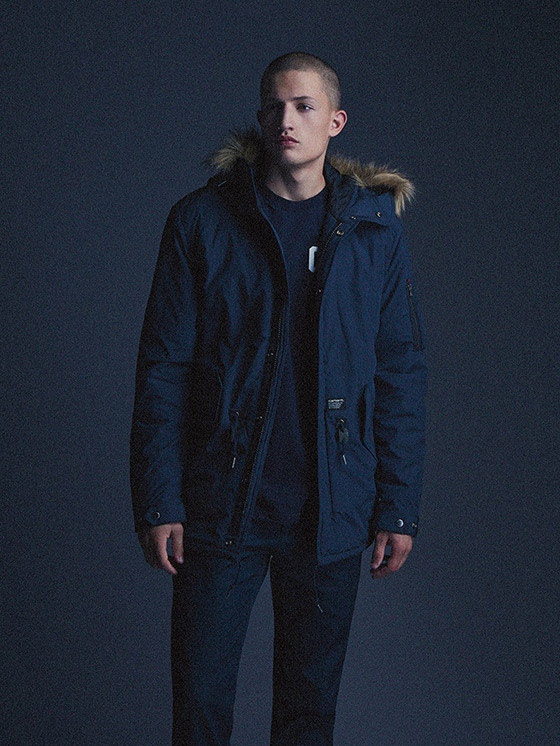 Carhartt WIP — pánská zimní bunda s kapucí s kožíškem, modrá — podzim/zima 2015, pánské oblečení