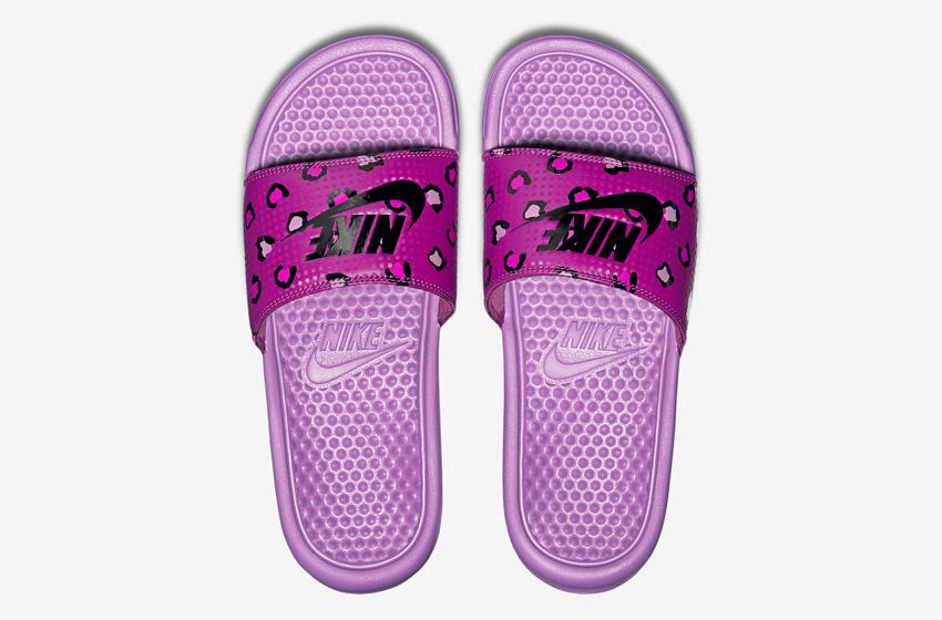 Nike Benassi Just Do It Print – dámské nazouváky, letní pantofle – fialové, růžové, fialová podrážka horní pohled